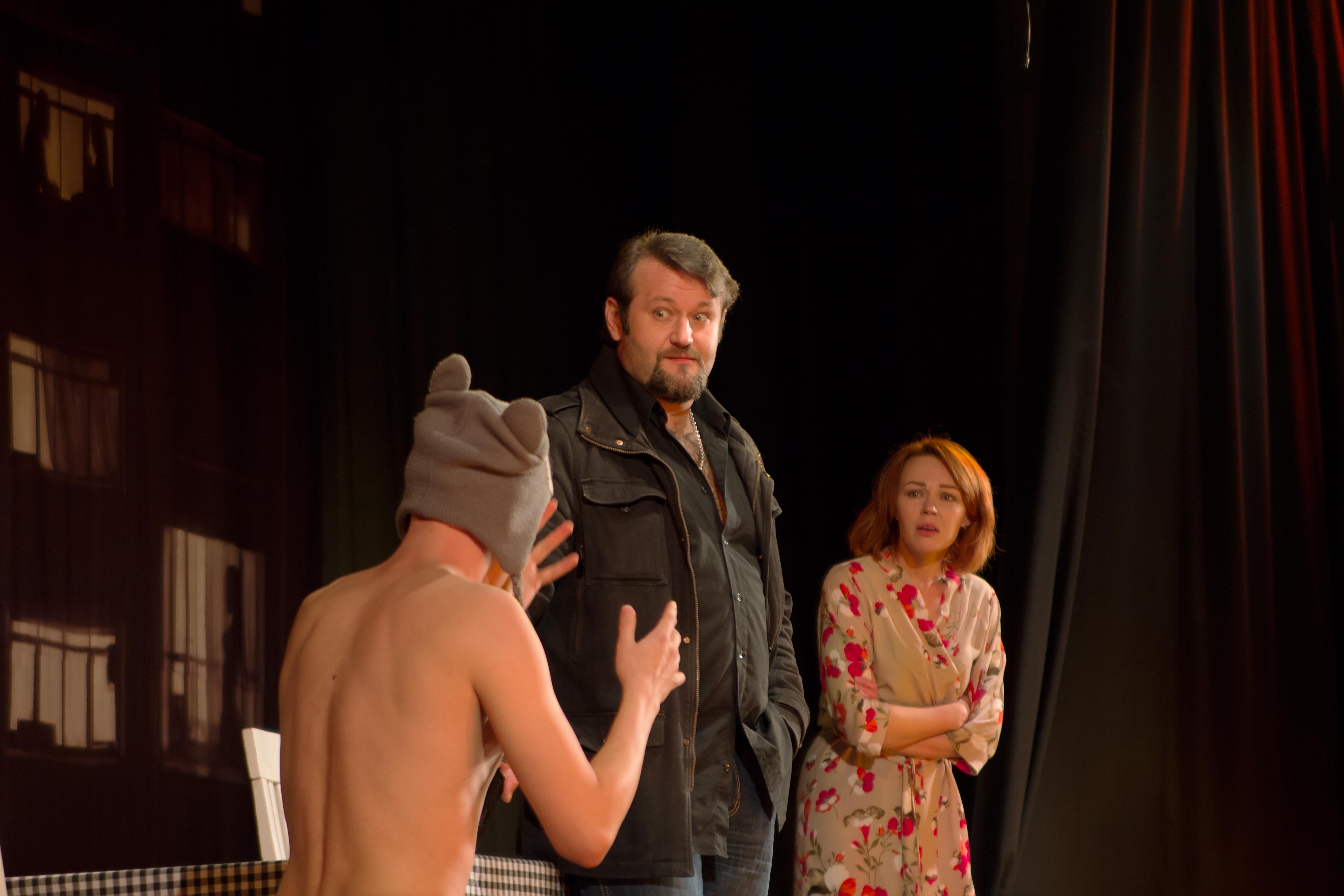 Спектакль муж жена их друг в порно